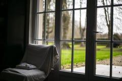 从窗口的看法在绿色庭院多云早晨 免版税图库摄影