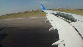 从窗口的看法在降低到地面和着陆在机场飞机的翼 影视素材