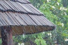 从竹屋顶的雨下落 向量例证