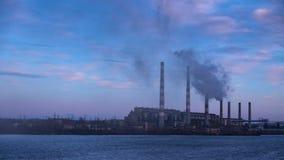 从管子能源厂驻地抽烟在河的河岸 股票视频