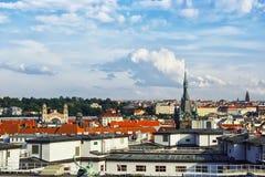 从粉末塔的全景在市布拉格 cesky捷克krumlov中世纪老共和国城镇视图 免版税库存图片