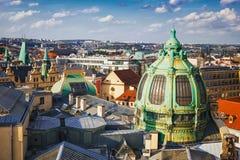 从粉末塔的全景在市布拉格 cesky捷克krumlov中世纪老共和国城镇视图 库存照片