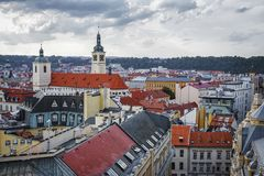 从粉末塔的全景在市布拉格 cesky捷克krumlov中世纪老共和国城镇视图 图库摄影