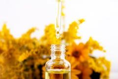 从精油、芳香疗法精华或者医药液体吸管下降落 库存图片