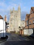 从繁华街道观看的圣玛丽的教会,老阿默舍姆,白金汉郡 免版税图库摄影