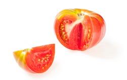 从红色水多的蕃茄的被删去的切片 奶油被装载的饼干 库存图片