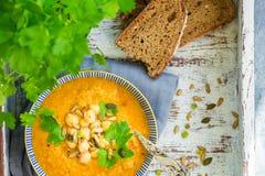 从红萝卜、蕃茄、brocolli和鸡豆的素食汤 图库摄影