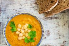 从红萝卜、蕃茄、brocolli和鸡豆的素食汤 库存照片