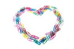 从纸夹的五颜六色的心脏在白色背景 免版税库存图片