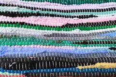 从织品多彩多姿的小条缝合的布料  针线,材料再用  生动背景特写镜头被编织的围巾的纺织品 库存照片