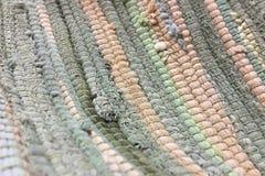 从织品多彩多姿的小条缝合的布料  针线,材料再用  生动背景特写镜头被编织的围巾的纺织品 免版税图库摄影