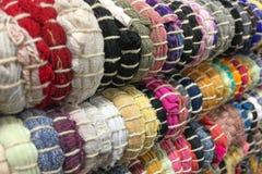 从织品多彩多姿的小条缝的地毯  针线,材料再用  生动背景特写镜头被编织的围巾的纺织品 库存图片