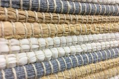 从织品小条缝合的布料  针线,材料再用  生动背景特写镜头被编织的围巾的纺织品 库存图片
