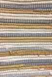 从织品小条缝合的布料  针线,材料再用  生动背景特写镜头被编织的围巾的纺织品 免版税库存图片