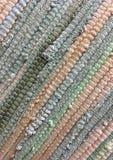 从织品小条缝合的布料  针线,材料再用  生动背景特写镜头被编织的围巾的纺织品 库存照片