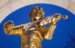从维也纳Stadtpark的Johan Strauss纪念品在冬天 免版税库存图片