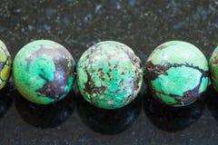 从绿松石宝石的项链在黑暗 库存照片