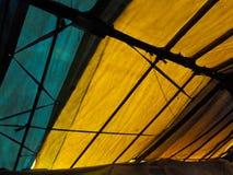 从绿色和与黑线的富有的黄色彩色空间小条的抽象背景对前景的 库存图片