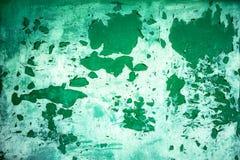 从绿色金属门的背景与剥落从晚年的油漆 免版税库存图片