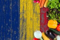 从罗马尼亚的新鲜蔬菜在桌上 烹调在木旗子背景的概念 免版税库存照片