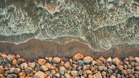从美丽的沙子海滩飞行寄生虫的顶视图空中照片  免版税库存图片