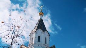 从美丽的Golden Dome东正教教会的底部和十字架的看法在反对蓝色的晴朗的秋天天 股票视频