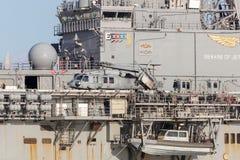 从美国海军的西科斯基MH-60 SH-60 Seahawk直升机在被解开的状态海军黄蜂船USS博诺姆理查 库存照片