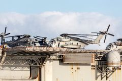 从美国海军陆战队的西科斯基CH-53抬举费力的运输直升机 库存图片