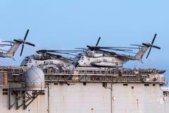 从美国海军陆战队的西科斯基CH-53抬举费力的运输直升机 图库摄影