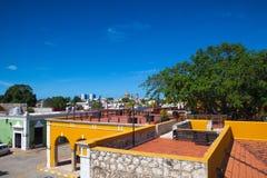 从老墙壁的看法在坎比其,墨西哥 库存图片