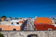 从老墙壁的看法在坎比其,墨西哥 库存照片