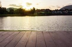 从老木桌的木板条,与盐水湖和sunse 免版税库存照片
