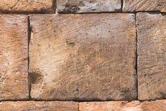 从老桃红色凝灰岩的砖在墙壁纹理宏指令,选择聚焦,浅DOF 免版税库存照片