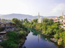 从老桥梁的美丽的景色在莫斯塔尔,波黑 免版税图库摄影