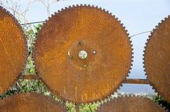 从老生锈的圈子刀片的篱芭门 库存照片