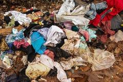从老衣物的垃圾从都市和工业区 免版税库存照片