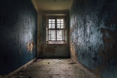 从老被关闭的精神病院的细胞 免版税库存照片