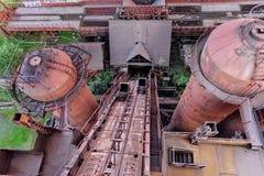 从老鼓风炉在采矿和冶金植物的看法在Nizhny Tagil 免版税库存照片