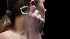 从耳朵的被确定的女性撕毁的沉默寡言的白肤金发的标签,抗议性别歧视 股票录像