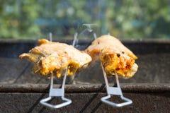 从肉的烤肉串在木炭准备 肉片在串 免版税库存照片