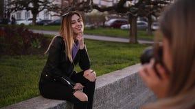 从肩膀的英尺长度-专业女性摄影师为女孩模型照相她的朋友 有吸引力长 股票视频