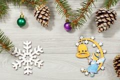 从自然杉树的框架分支与圣诞节装饰品  库存照片