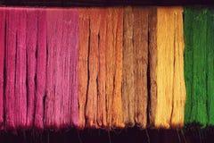 从自然染料颜色的丝绸螺纹到编织 免版税库存图片