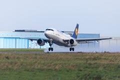 从航空公司汉莎航空公司的空中客车A319-100从国际机场离开 免版税库存照片