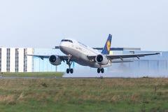 从航空公司汉莎航空公司的空中客车A319-100从国际机场离开 库存照片