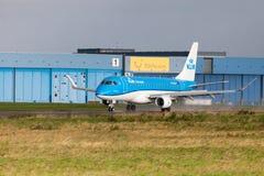 从航空公司KLM的巴西航空工业公司ERJ-175在国际机场登陆 免版税库存照片