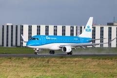 从航空公司KLM的巴西航空工业公司ERJ-175在国际机场登陆 免版税库存图片