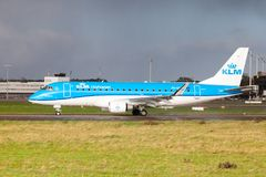 从航空公司KLM的巴西航空工业公司ERJ-175在国际机场登陆 库存照片