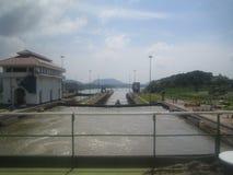 从船尾的看法在巴拿马运河 免版税图库摄影