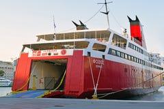 从船的船尾的到来对运输船的汽车和人的 库存图片